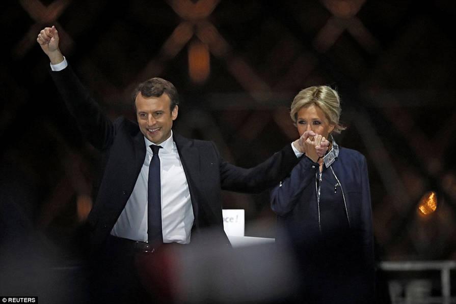 马克龙当选法国总统 39岁的马克龙与63岁妻子布里吉特是怎么认识的