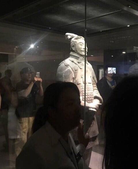 陈冠希独自一人参观兵马俑 被游客误认成赵本山