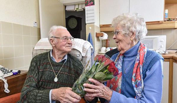 英国两位百岁老人 人生中首次相亲迎来第二春