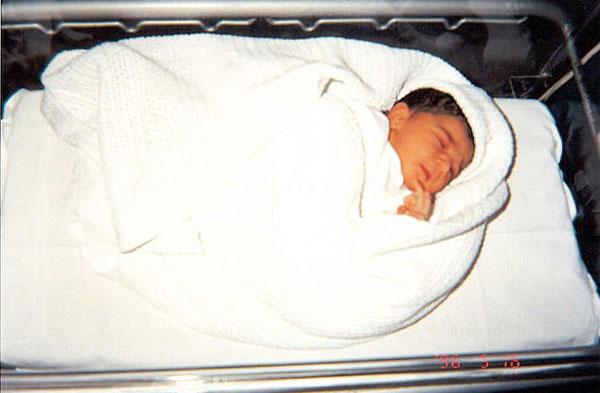英女子自出生起每日拍一张肖像照 现集齐7665张