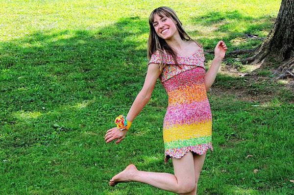 贊!美國改造達人用萬余張糖紙做成連衣短裙