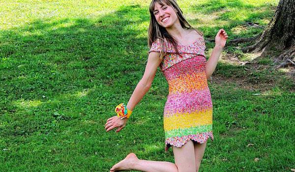 赞!美国改造达人用万余张糖纸做成连衣短裙