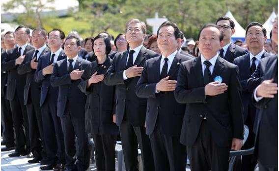 """文在寅高唱""""涉嫌歌颂金日成的禁歌"""" 什么歌在朝鲜是禁歌?"""