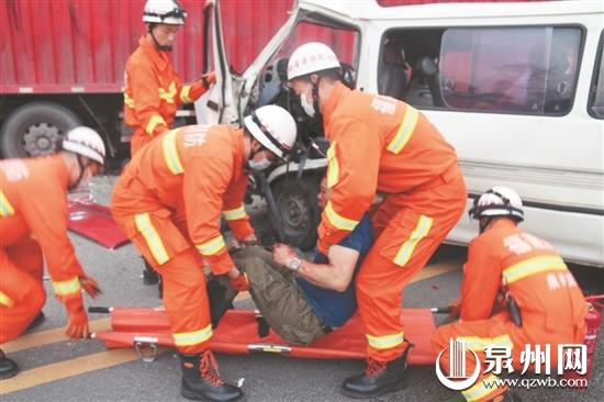 载着学员去驾考 面包车与大货车相撞1人死亡