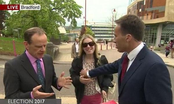 """BBC男主持直播時""""誤""""襲胸女路人 引起網友熱議"""