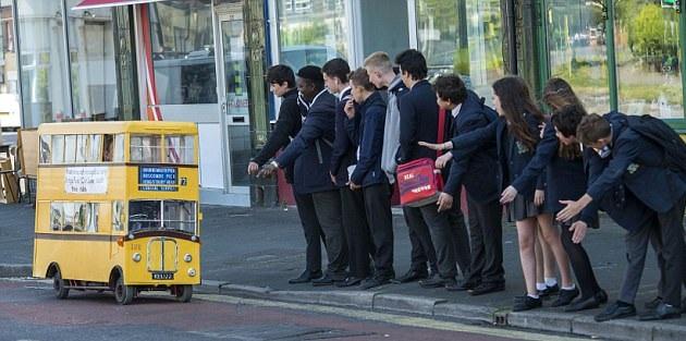 英国退休司机巧手将电动车改装成迷你双层公交