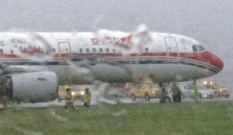 东航客机着陆时冲出跑道 香港发出本年度首个黑色暴雨警告