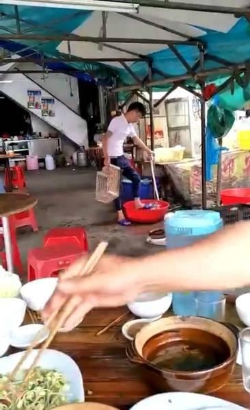 倒胃口!大排档店员用脚洗菜 旁边就坐着吃饭的顾客