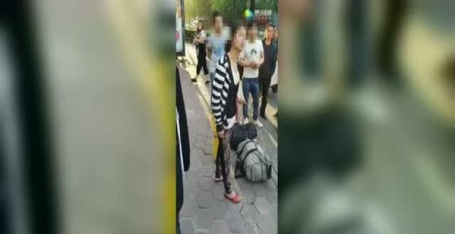 杭州母亲当街脚踩女儿原因查明 民警千里追寻母女下落