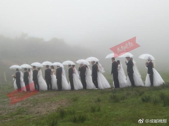 高校全班43人15对情侣 毕业办个集体婚礼 还有仿真钻戒