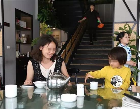 杭州街头母亲脚踩女儿真相查明 怀揣最后十几块钱找工作接连碰壁