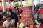 泰国高僧生日 大学师生捐10万现金堆成蛋糕