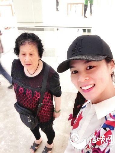 周日福州闽江畔 和蹦床世界冠军黄珊汕包粽子