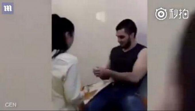 最重口的求婚 男求婚将戒指塞胃中 护士女友取出擦干血肉戴上