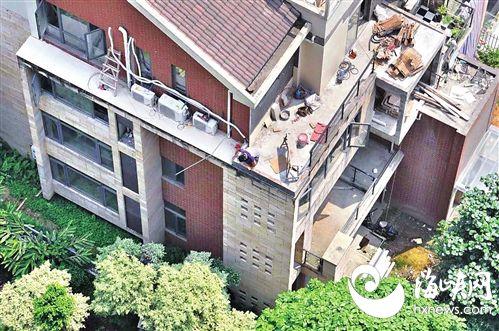 空调工4楼坠落绿树救命 目击者:空调工作业时没绑安全带
