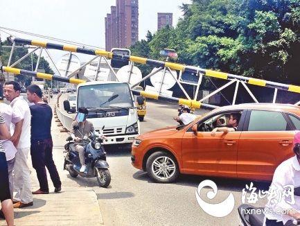 新车撞洪塘大桥限高架 车顶被砸凹