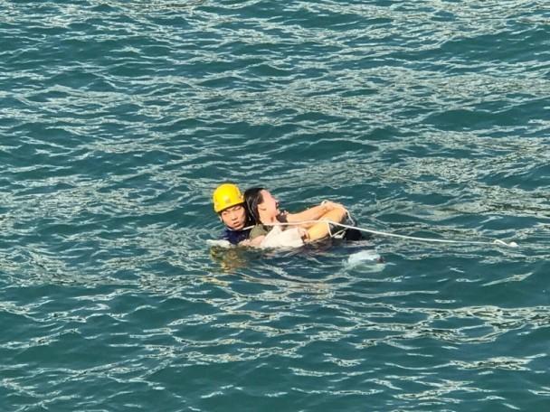 18岁女子跳海自杀 外国男子跳入水中救人