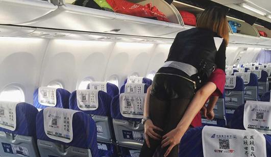 郑州机场空姐背腿脚不便女乘客下飞机