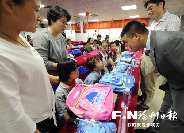鼓楼区为20名困难女童送上慰问金和儿童书籍