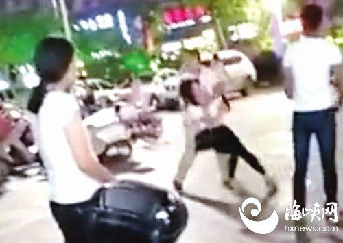 男子挟持女子后退着往外走,众人趁其被绊倒,将其摁住(视频截图)