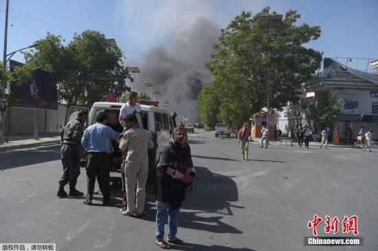 当地时间5月31日早晨的上班高峰期间,阿富汗首都喀布尔市区传出巨大爆炸声,该地区可以看到大片烟雾升起,喀布尔内政部消息称,爆炸致数十人死伤。
