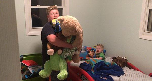 美国一男孩为弟弟讲睡前故事 画面温馨有爱