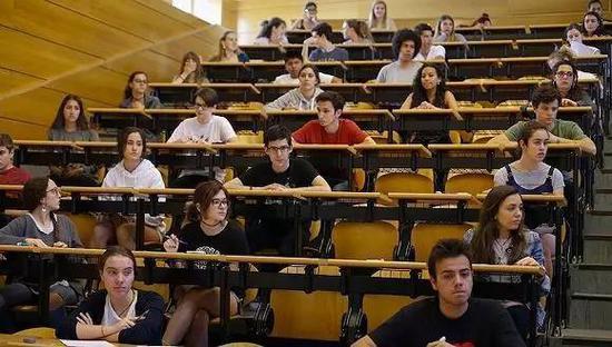 2017年6月6日,西班牙马德里,学生参加大学入学考试。图片来源:东方IC