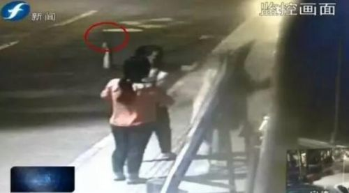 南平俩女子深夜街头大打出手 一人手持菜刀乱砍