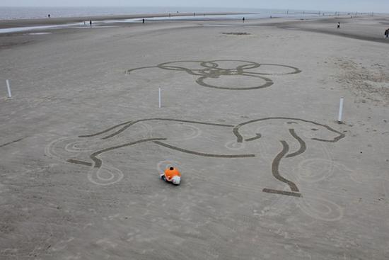 在沙滩上绘画的机器人