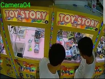 奇葩!台湾男子用下体顶撞夹娃娃机 最后撞出商品