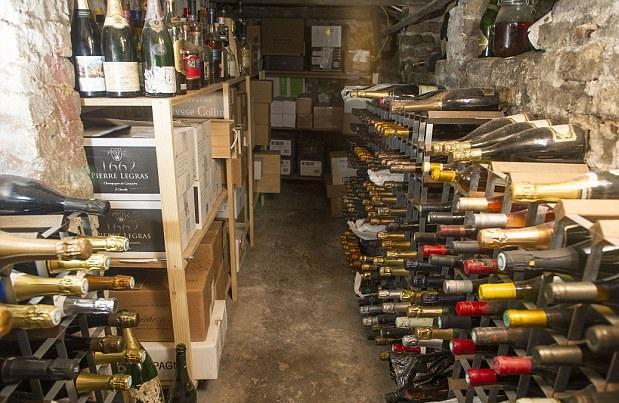 英国男子痴迷收藏香槟 酒窖储量多达4000瓶