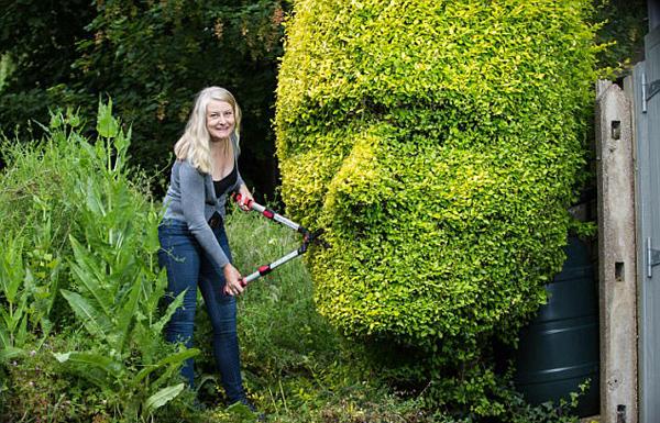 英国女子展园艺才能 将树篱修剪成人脸造型