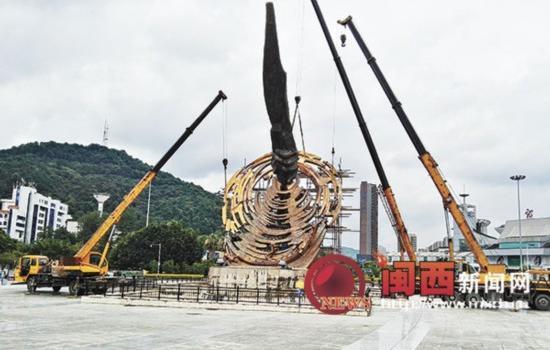 """龙岩火车站""""传承昭""""雕塑修复中"""