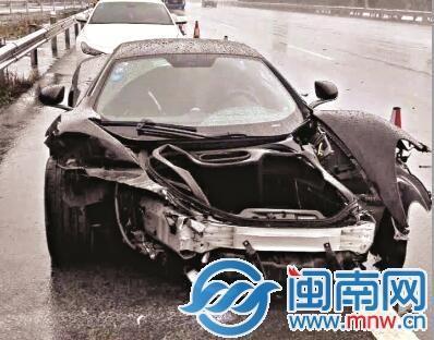 300多万跑车高速路上追尾 车严重损毁司机未受伤