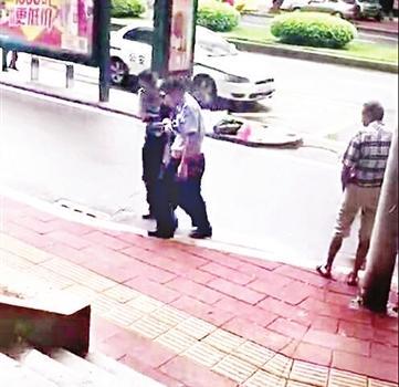 福州:流浪汉雨中倒地不起 被民警扶起
