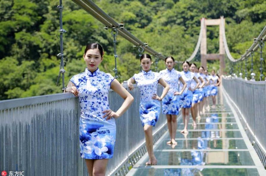 美女大学生高空玻璃桥秀个性毕业照