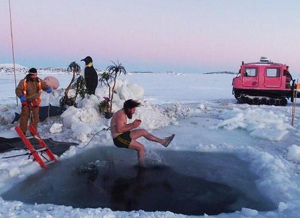 热情奔放!澳科学家零下33.5度游泳纪念南极冬至