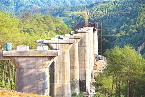 衢宁铁路政和段熊城特大桥正在打桩 部分桥墩已建好
