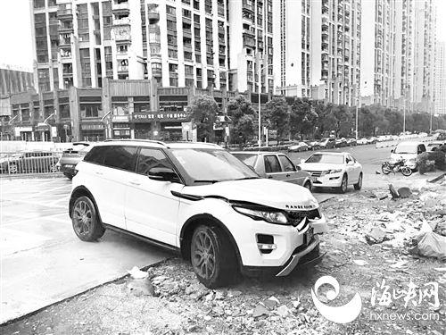 奥迪停路边被路虎撞上肇事车逃逸 事发莆田万达广场