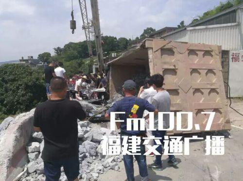 闽侯青口大货车发生爆胎 碎石将路过小车完全掩埋