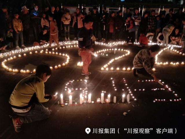 四川茂县人民点灯祈福 为遇难者哀悼