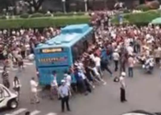 七旬老人被卷入公交车底 众人抬车救人