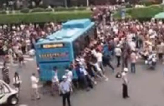 七旬老人被卷入公交車底 眾人抬車救人