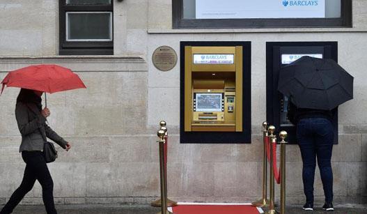 世界第一台ATM机使用50周年 铺红毯庆祝