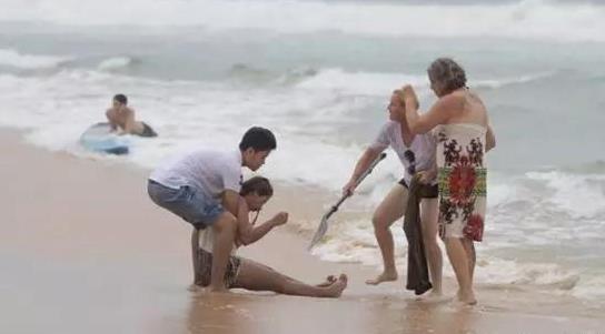 中国情侣在泰国不穿救生衣冲浪溺水