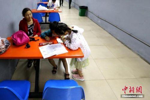 孩子们在防空洞内学习。 张远 摄