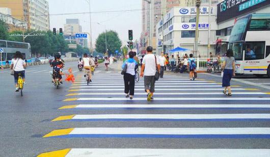 北京试点3D立体斑马线 提醒车让人