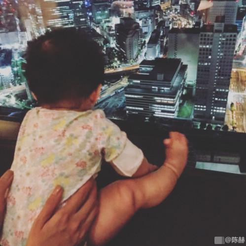 陈赫晒女儿看夜景可爱背影照 网友:又一个女儿奴啊!