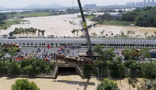 长沙:危急时刻 挂车堵向涵洞口