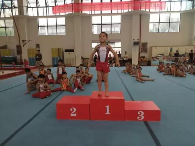 厉害了!杭州一7岁娃娃练出八块腹肌 体操赛独揽6金
